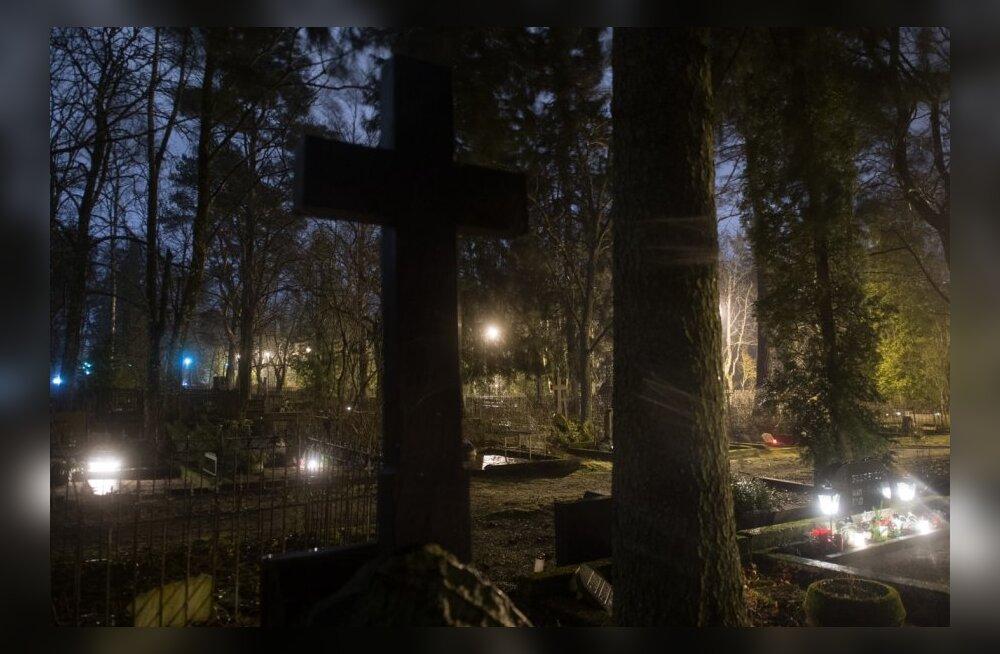 Rahumäe kalmistutel põlevad küünlad