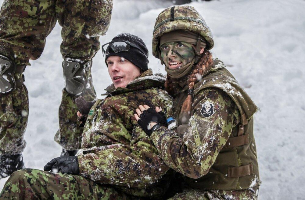 """Nooremseersant Liis Hulkko (paremal) abistab """"haavatud"""" kaaslast parameedikute nooremallohvitseri kursuse lõpurännakul."""