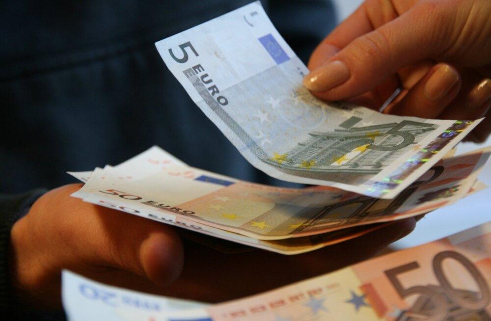 Viieeurost rahatähte on pangaautomaatidest järjest raskem saada, kaupluses võib selle eest küsida aga 1 eurost kohustuslikku ostu koos teenustasuga kuni 69 senti.