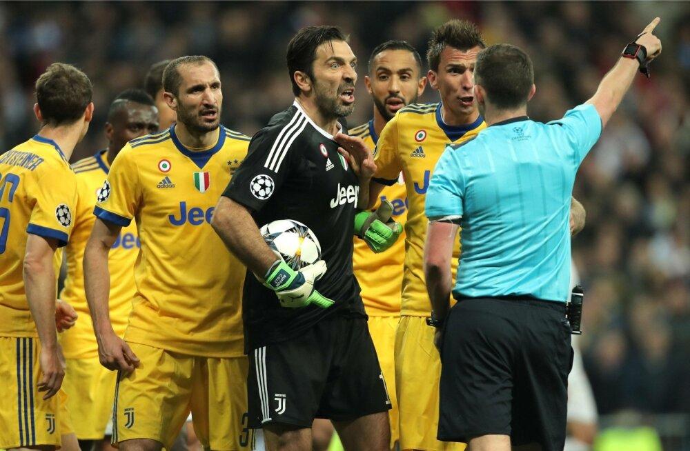 Torino Juventuse mängijad ei olnud Michael Oliveri üleminutite otsusest just vaimustuses.