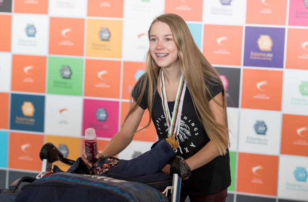Kahekordne juunioride maailmameister Kelly Sildaru saabub Tallinna lennujaama