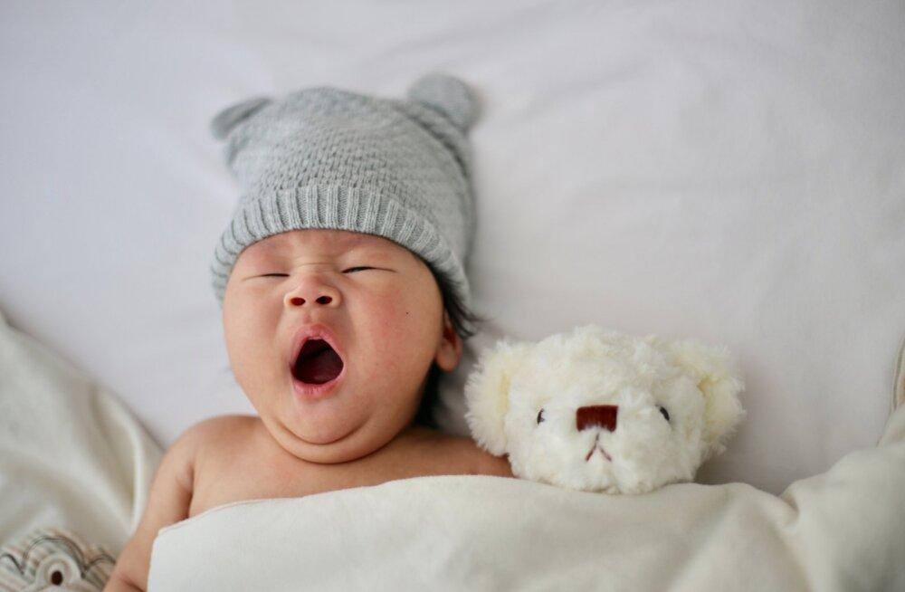 Väikese beebi isa avastas nõksu, kuidas unine laps vähem kui minutiga magama saada
