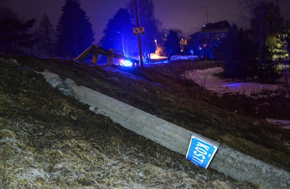 Viljandis sõitis alkoholijoobes juht betoonist tänavavalgustusposti maha