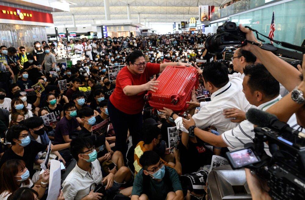 Hongkongi lennujaamas tühistati meeleavalduste tõttu teist päeva järjest väljuvad lennud