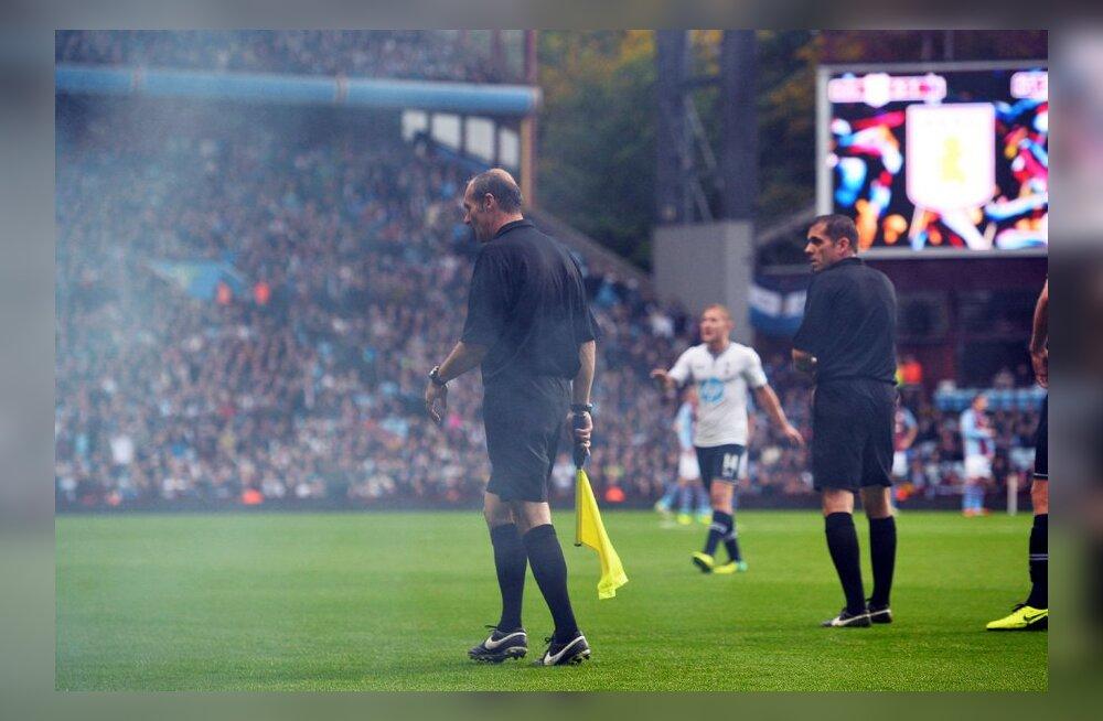 VIDEO: Kohtunikku visati Aston Villa staadionil suitsupommiga
