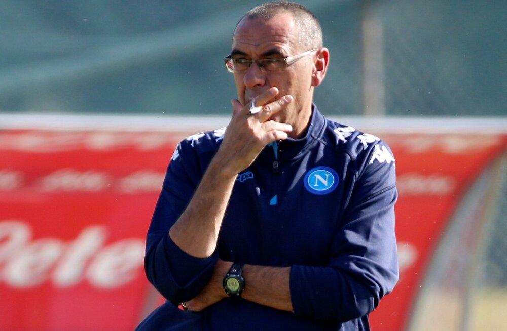 Maurizio Sarri Napoli treeningul suitsu tõmbamas.