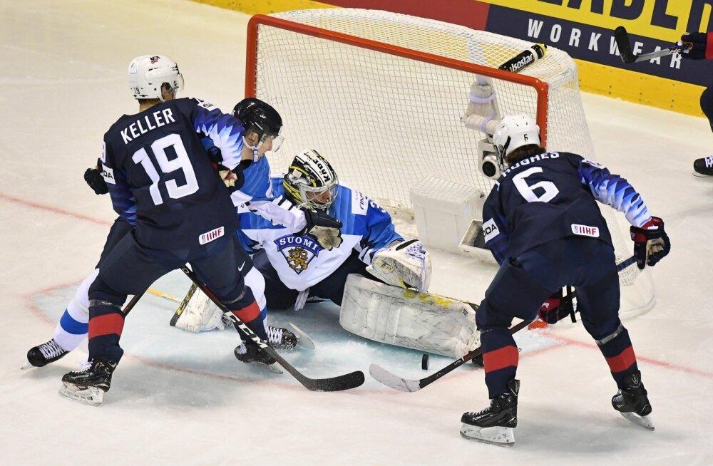 Jack Hughes (6) ründab Soome väravat.