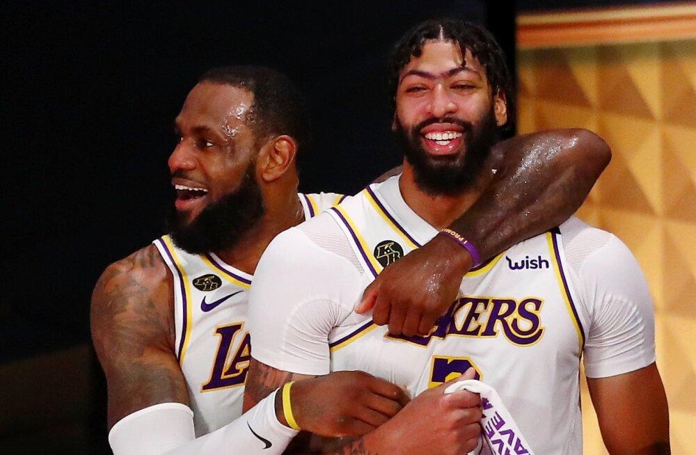 LeBron James (vasakul) ja Anthony Davis tähistavad NBA tiitlit.