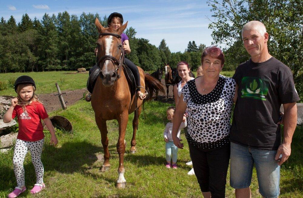 """""""Kõik hobused on enda hobiks, siin ratsutavad ka oma lapsed ja lapselapsed,"""" teatab pererahvas Anne ja Ennu Nurk. Pildile on jäänud Saare Põllema suurest perest veel tütar Evely ning lapselapsed Ronja ja Lisandra."""