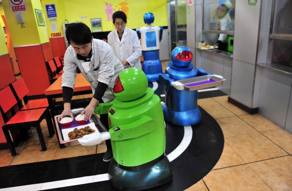 Vallandatud! Käparditest robotkelnerid said Hiina restoraniketist sule sappa