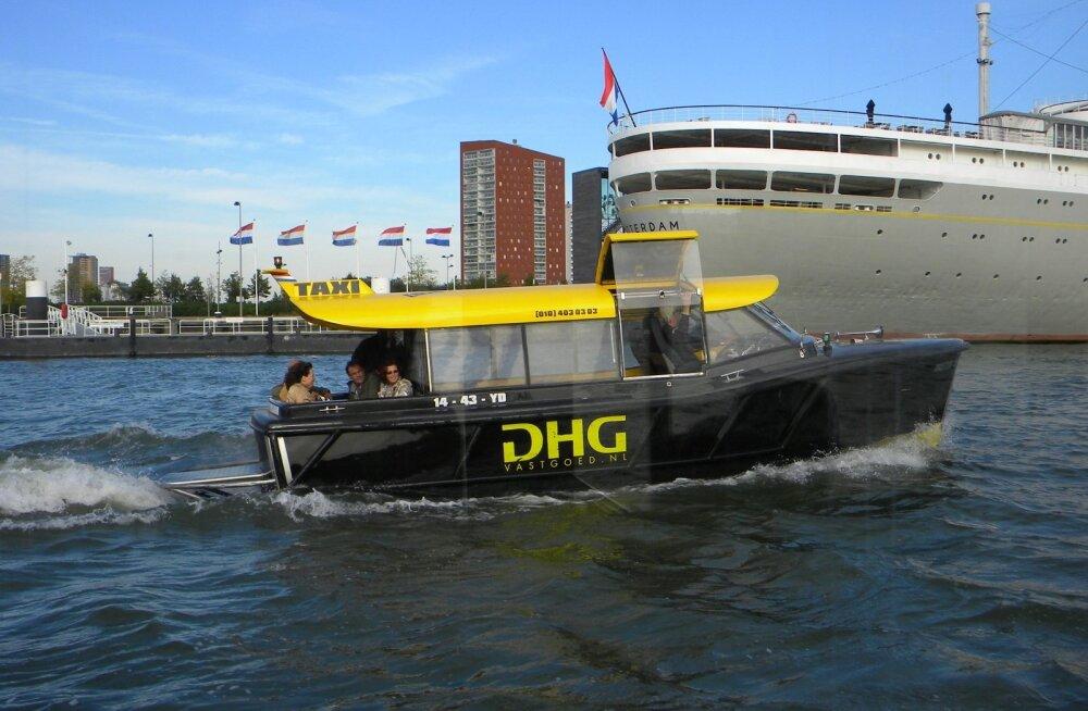 ФОТО и ВИДЕО читателя Delfi: Смотрите, как роттердамский автобус ездит по воде