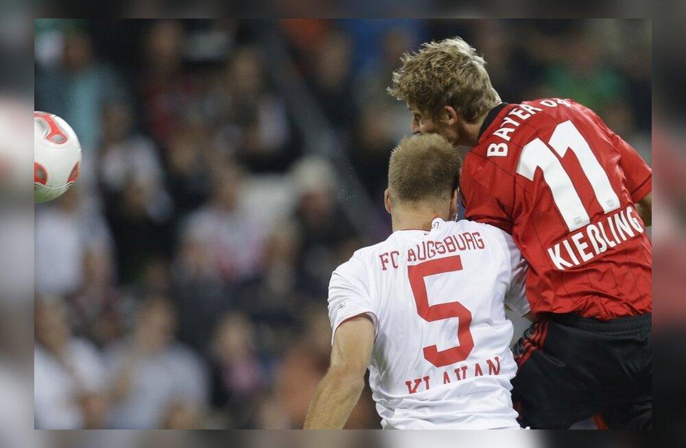 Ragnar Klavan (valges särgis) õhuvõitluses kohtumises Leverkuseni Bayeriga, jalgpall