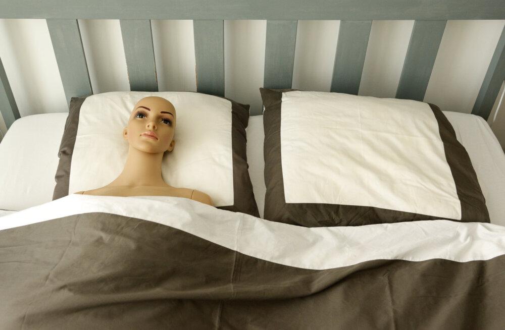 Polüamoorses suhtes olev paar, kes ostis oma intiimelu vürtsitamiseks seksroboti: meil tekkisid tema vastu sügavad tunded