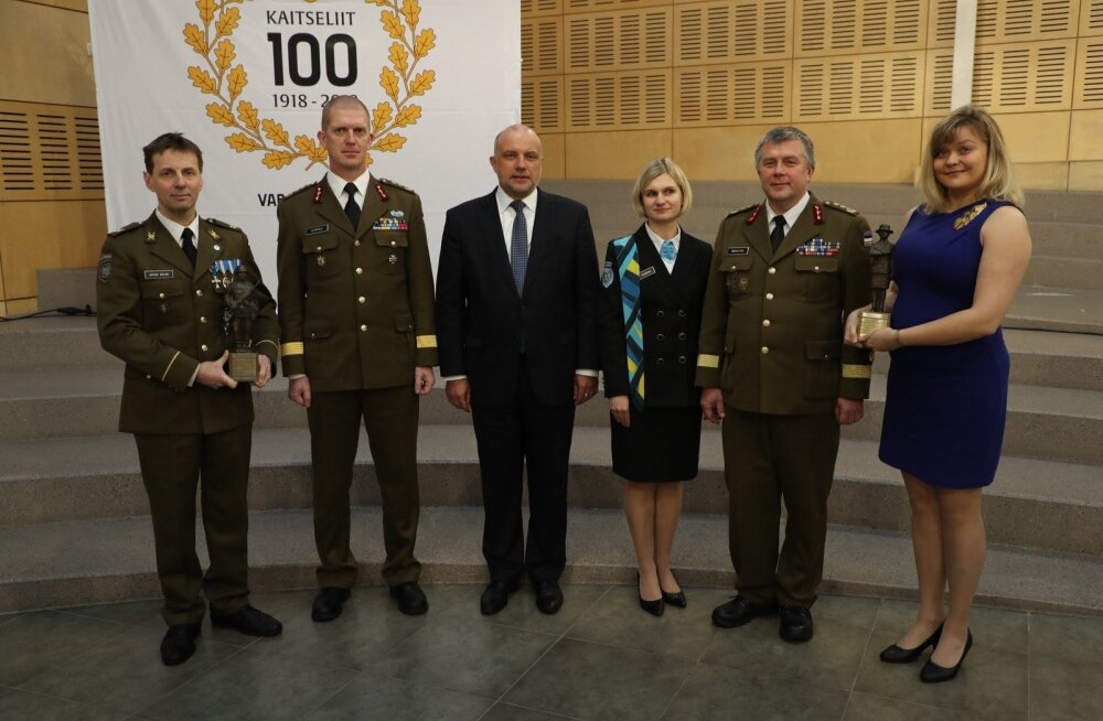 Aasta 2018 kaitseliitlane Arvid Siilak ja aasta naiskodukaitsja Triin Seppet koos Kaitseväe juhataja, kaitseministri, naiskodukaitse esinaise ja kaitseliidu ülemaga