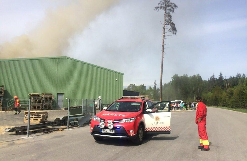 Viljandimaal Suure-Jaani vallas Kõidamaa külas põleb Vincomi puidutehas