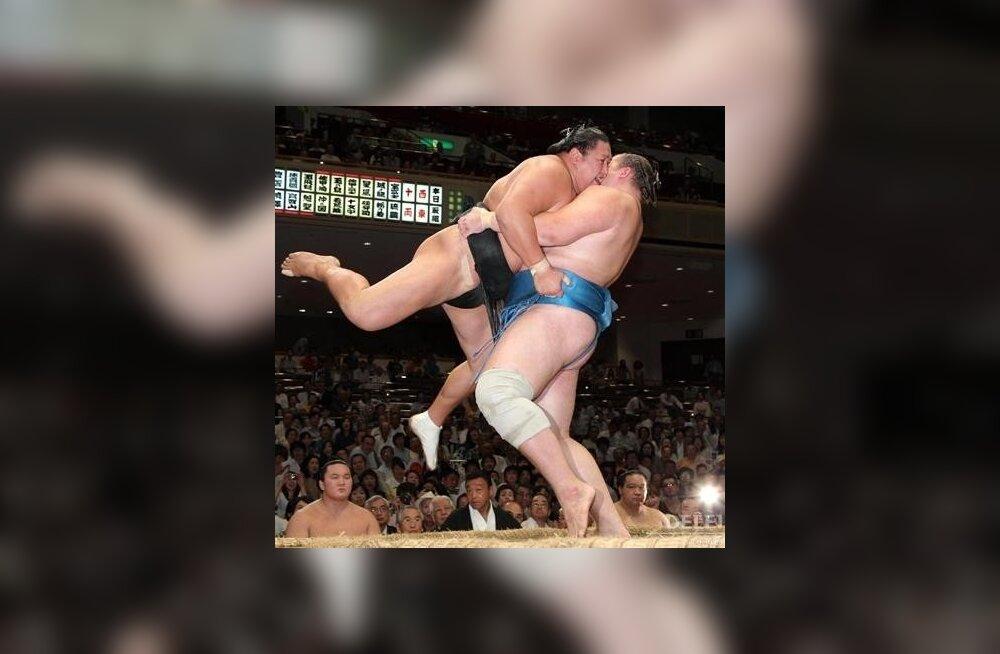 Baruto tõstab vastase dohyo´lt välja, sumo