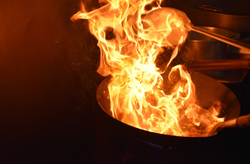 TULEOHUTUS   Vaata, kui kõrgele tõusevad leegid, kui kustutad põlevat rasva veega. Ära seda iialgi tee!