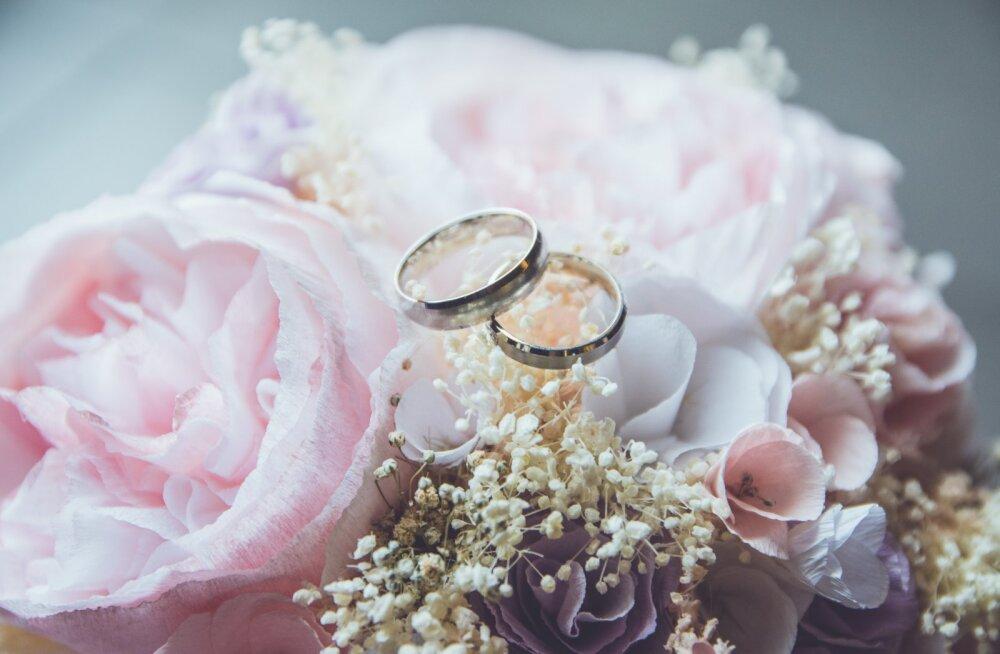 Mees kurvastab: abiellume varsti, aga naine ei tahagi minu perekonnanime võtta