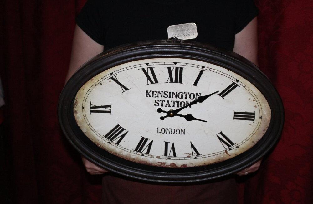 В нарвском кафе на женщину упали часы: пострадавшая требует 700 евро компенсации