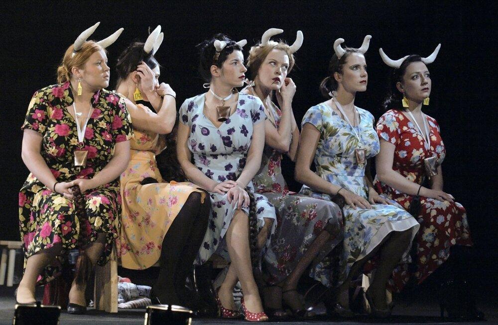"""Alvis Hermanise tehtavas teatris on näitlejate muundumine on sedavõrd meisterlik, et julgelt saab kasutada mõistet """"ime"""". Pildil on nii-öelda stardipositsioon enne karjamaale minekut."""