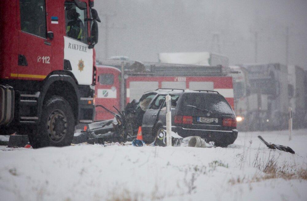 FOTOD SÜNDMUSKOHALT: Lääne-Virumaal suri rängas liiklusõnnetuses kolm inimest: tee oli lumine, ühel hukkunul turvavöö kinnitamata ning kaubikul ei olnud korralikke talverehve