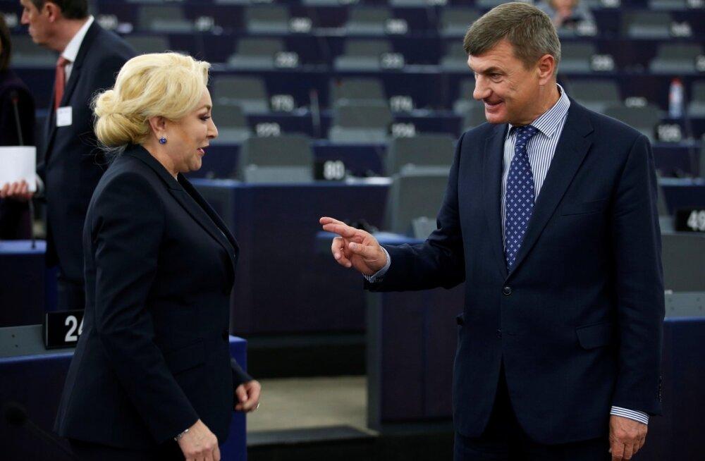 Andrus Ansip (paremal) koos Rumeenia peaministri Viorica Dancilaga (vasakul)