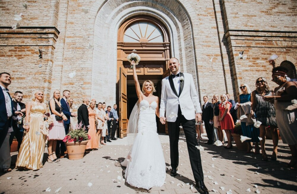 LIITU LAULATATUD Daana ja Sten-Erik astusid Kaarli kirikust välja pulmaliste ovatsioonide ja heade soovide saatel. Daana pulmakleidi järel käidi New Yorgis – kleit osteti sealsest kuulsast Kleinfeldi pulmasalongist.