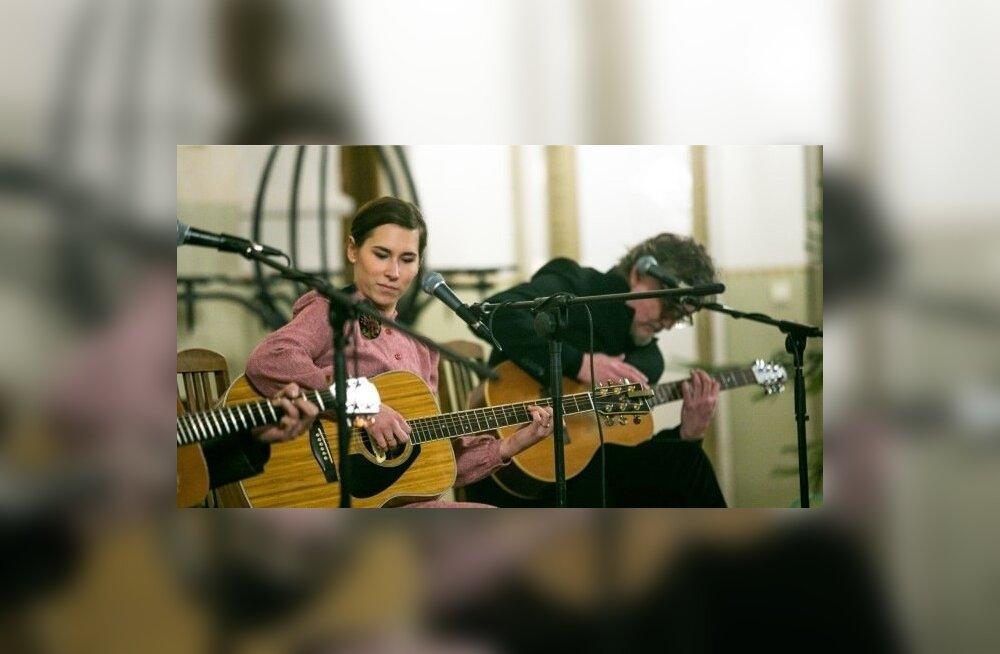 Mari Jürjens ja Riho Sibul on koos musitseerinud varemgi, kui Kuuekeelsed veel ei tegutsenud.