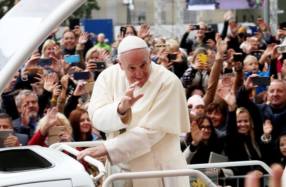 """ФОТО и ВИДЕО: """"Не хочется пропустить первого посланника Бога"""". На мессу Папы Римского в Каунасе собралось более 100 000 человек"""
