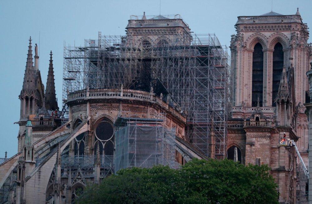 Tuli hävitas Pariisi Jumalaema kiriku teravatipulise torni ja suure osa katusest, hoone struktuur suudeti päästa