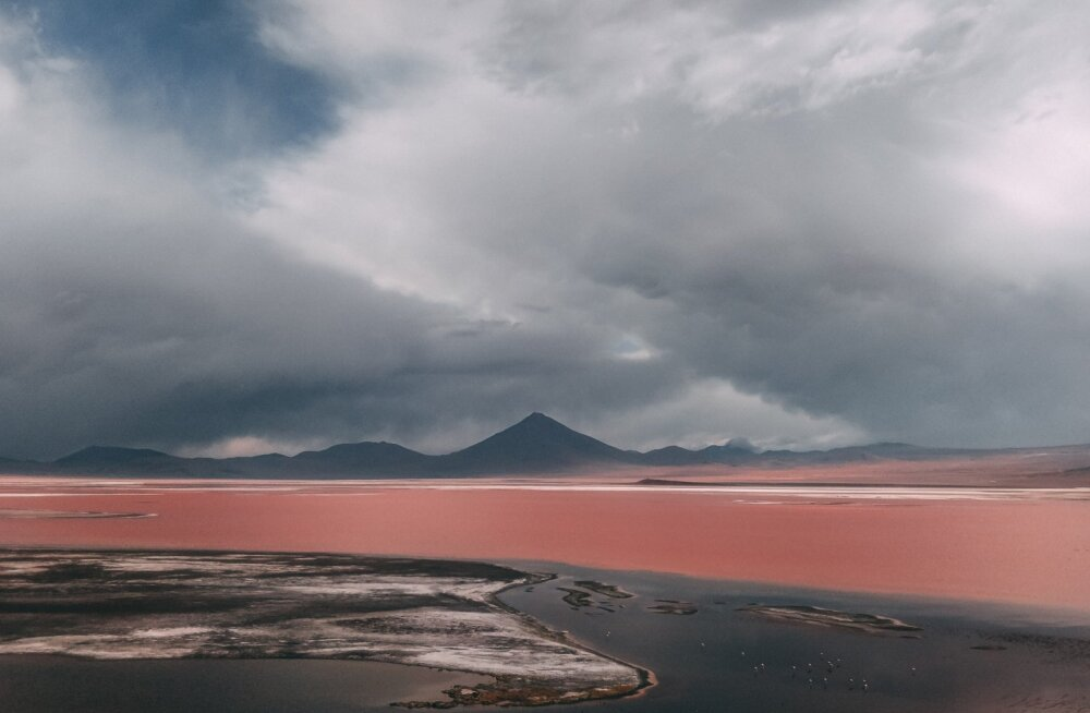 Laguna Colorada näeb pilvisemal hetkel välja kui suure tapatöö tallermaa