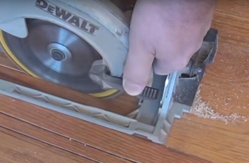 Vaata, kuidas asendada parkettpõranda kahjustatud või katkist lauda