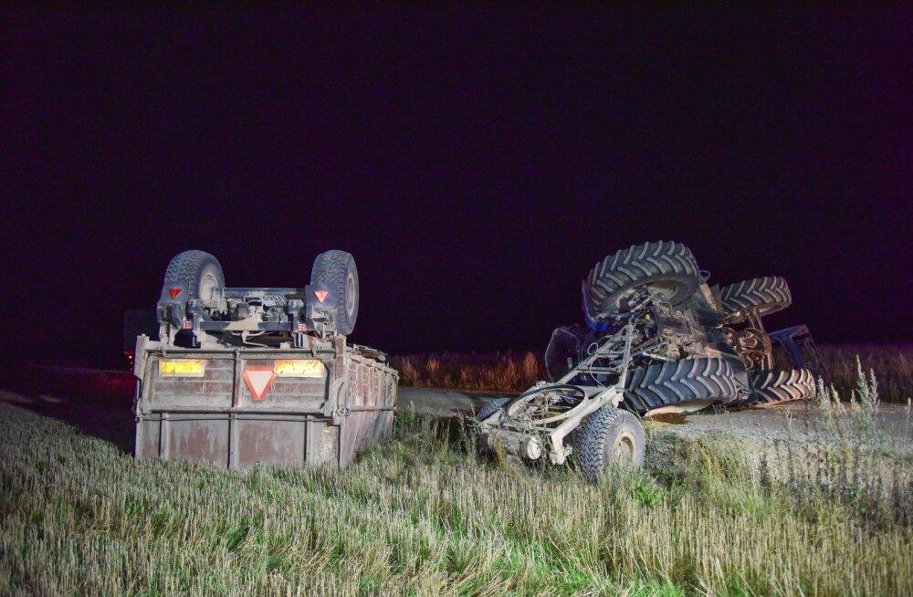 Viljandimaal paiskus traktor teele külili ning haagis kraavi