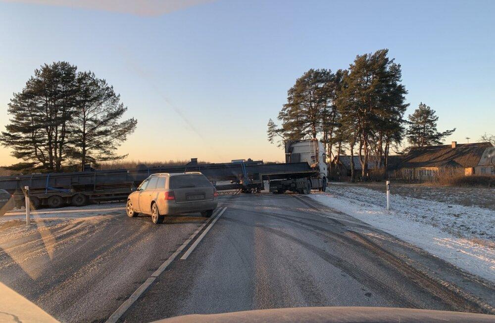 ФОТО | В Харьюмаа большой грузовик встал поперек дороги. Образовалась пробка