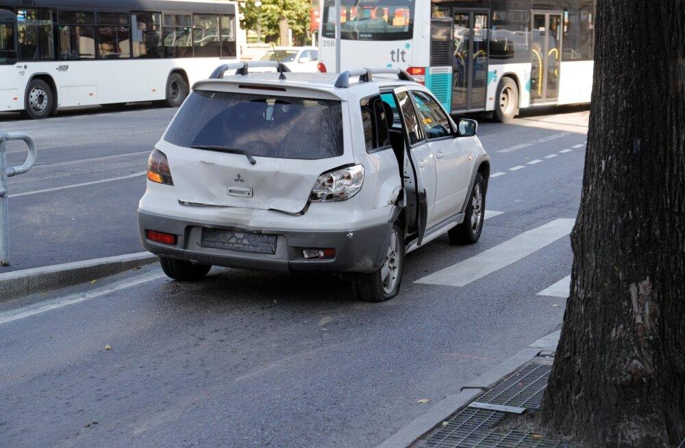 Päev liikluses: Põlvamaal teelt välja sõitnud autos sai viga 4-aastane poiss, Tartus põrkasid kokku auto ja roller