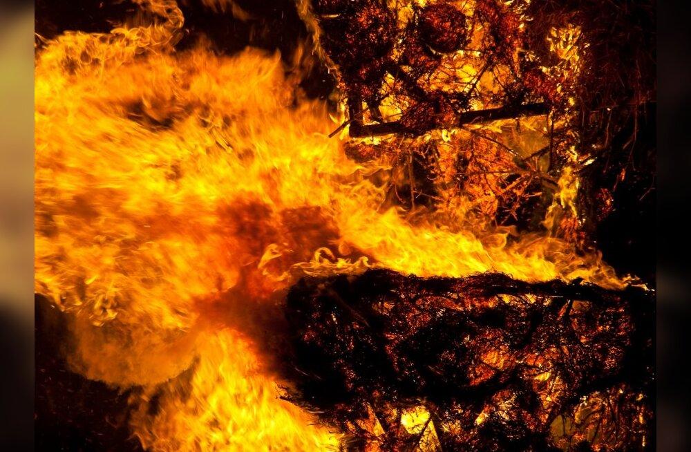 Päästjad veeretasid põleva väikebussi garaažist välja