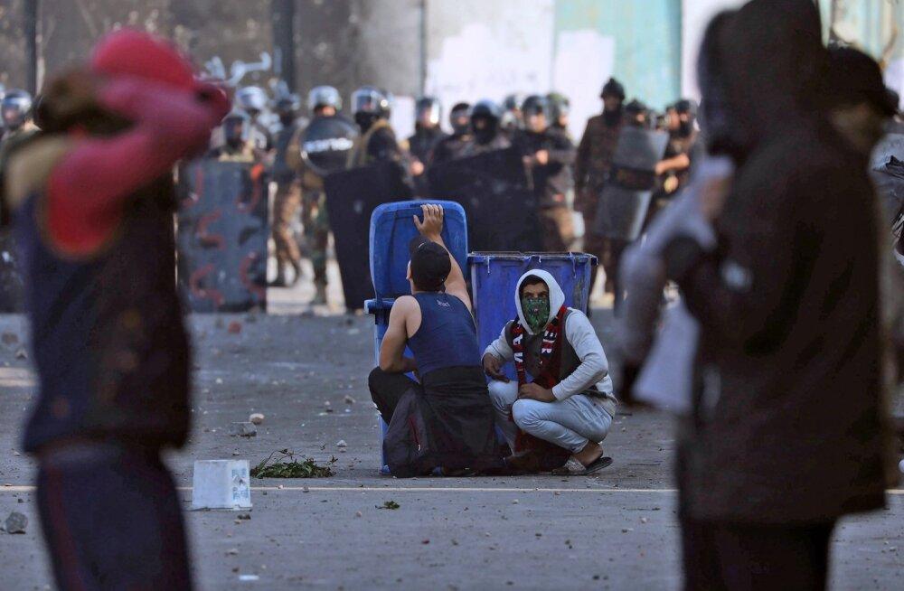 Protestijad peidavad end kuulide eest kasvõi prügikastide taga.