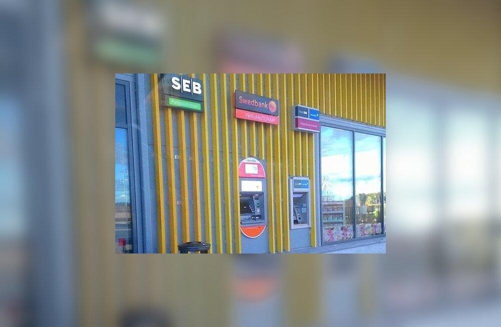 FOTO | Kummaline olukord! SEB pangaautomaadi silt sattus üksikuna konkurentide kõrvale ilma automaadita