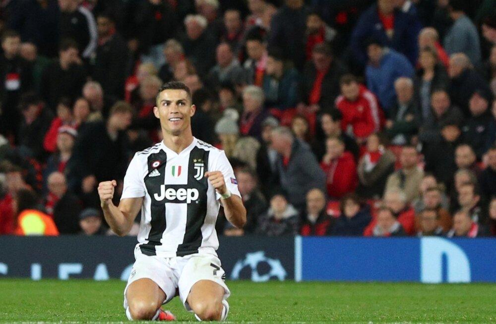 Cristiano Ronaldo õnnelikuna Old Traffordi murul