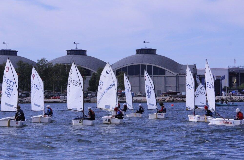 Optimist ja RS Feva klassi purjetajad võistlemas Lennusadamas publiku ees.