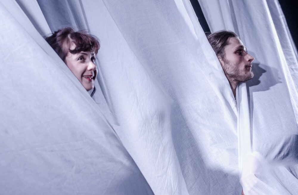 Armukolmnurga kaks nurka: O. W. Masingu naine Cara (Maarja Mitt) ja rokase kuuega noorpoeet Kristjan Jaak (Ago Soots)