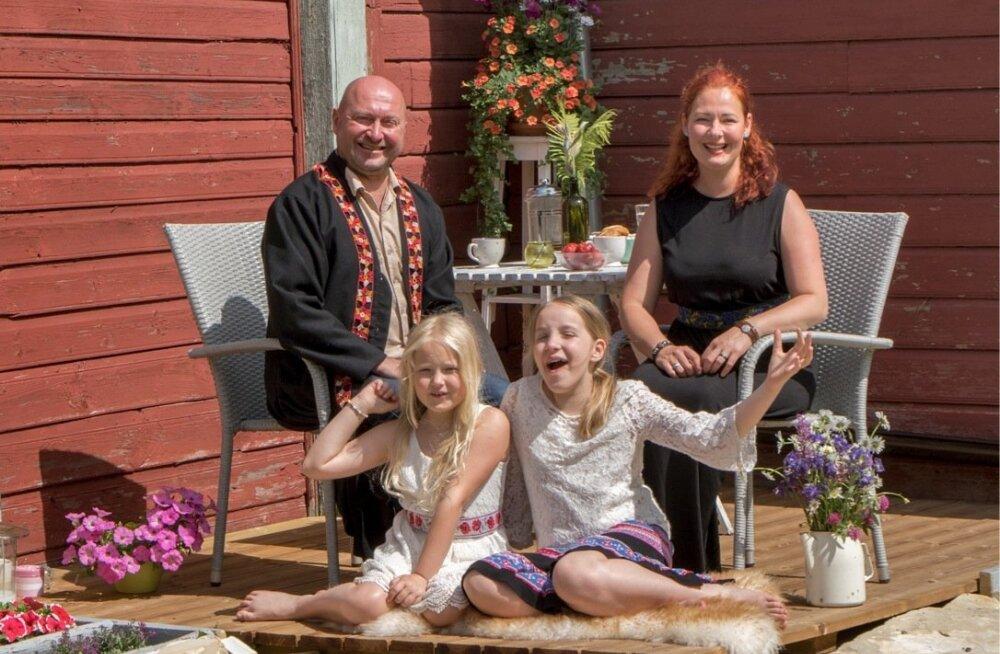 Kogu pere – Erki, Gaili, Maria ja Margarita – valmistub laulupeoks ning ootab seda päeva.