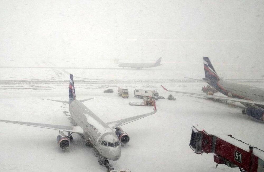 Tallinnast startinud Aerofloti lennuki reisijad veetsid Moskva lumeuputuse tõttu üle 12 tunni lennukis