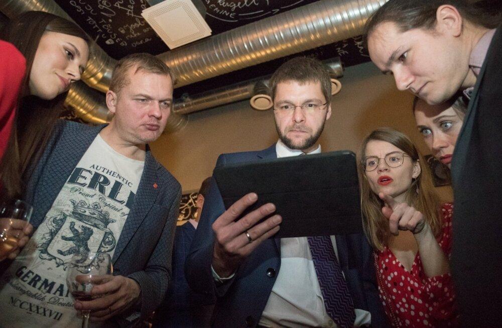 Sotsiaaldemokraatliku Erakonna valimispidu pubis Pööbel, vasakult Anastassia Kovalenko, Jaak Juske, Jevgeni Ossinovski, Triinu Ossinovski ja Siim Tuisk.