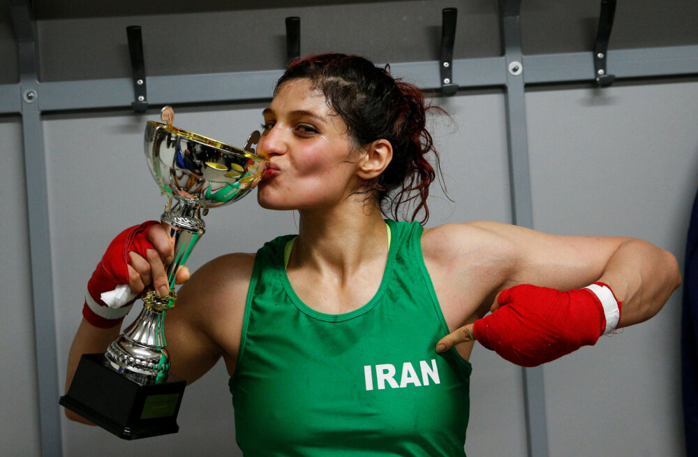 Ajalugu teinud Iraani naispoksija kardab kodumaale naastes pokri sattuda