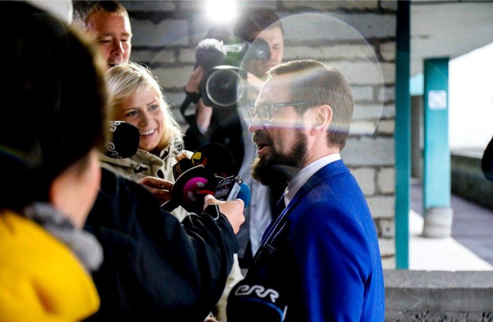 Mullu jaanuaris jagas Steven-Hristo Evestus (paremal) Edgar Savisaare kohtuprotsessil ajakirjanikele selgitusi.