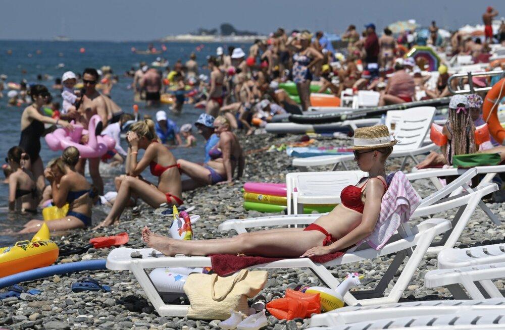 Кэшбек и переполненные пляжи. Как выглядит летний отпуск в коронавирусной России?