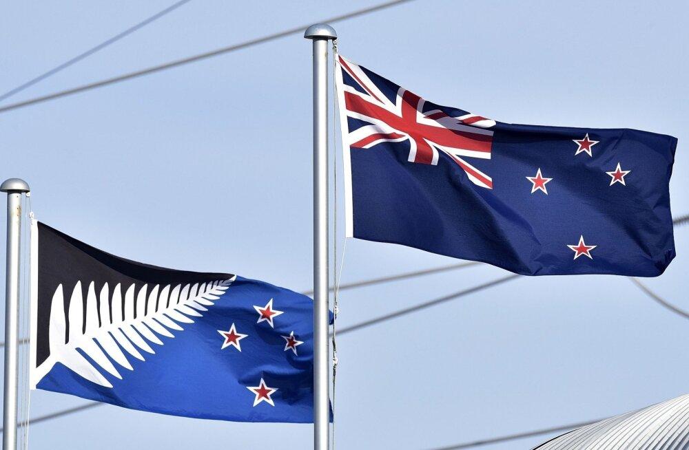 """Vasakul uue lipu kandidaat """"Hõbedane sõnajalg"""" ja paremal Uus-Meremaa praegune lipp."""