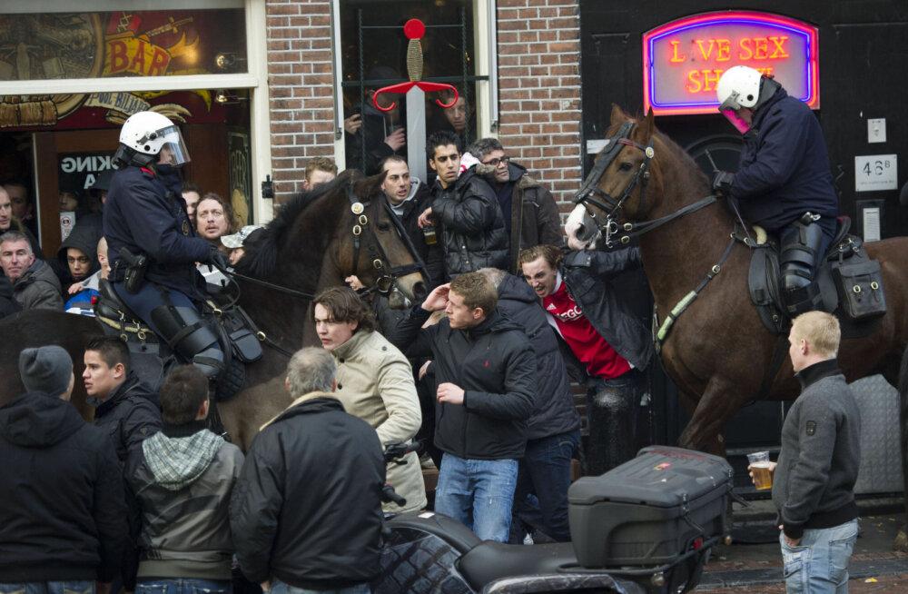 VIDEO: Ajaxi ja Fenerbahce fännid kaklus pööras Amsterdami kesklinna segamini