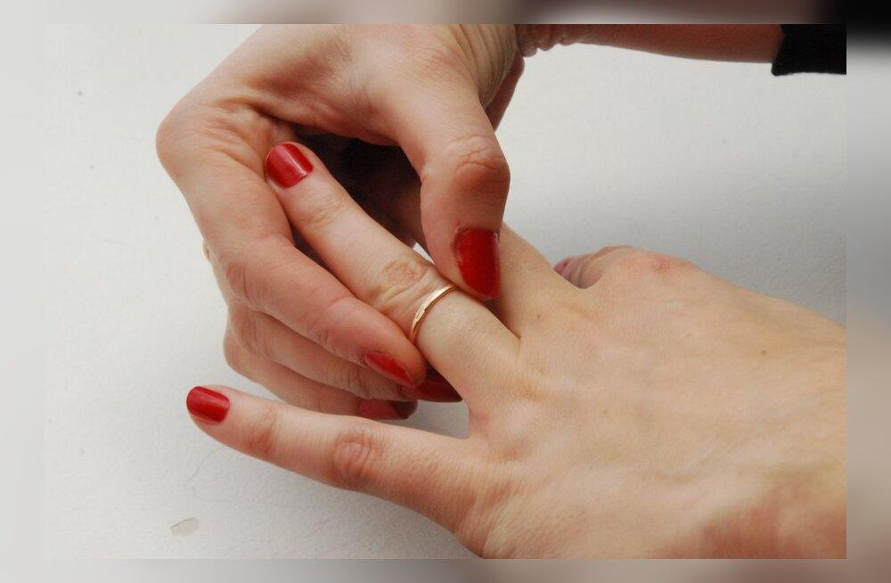 Kas lahutatud naine peaks loobuma abielunimest?